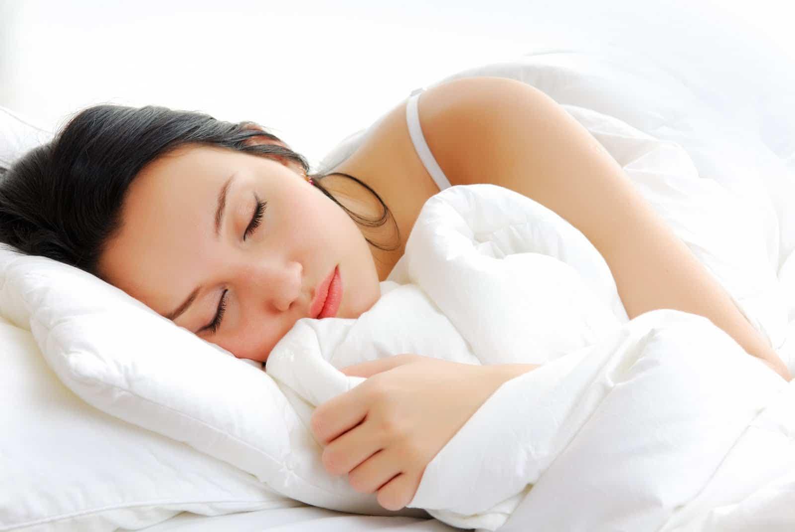 mujer durmiendo - COMO PREPARAR UN BUEN BAÑO RELAJANTE.