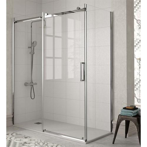 mampara de ducha en baño moderno informal y luminoso