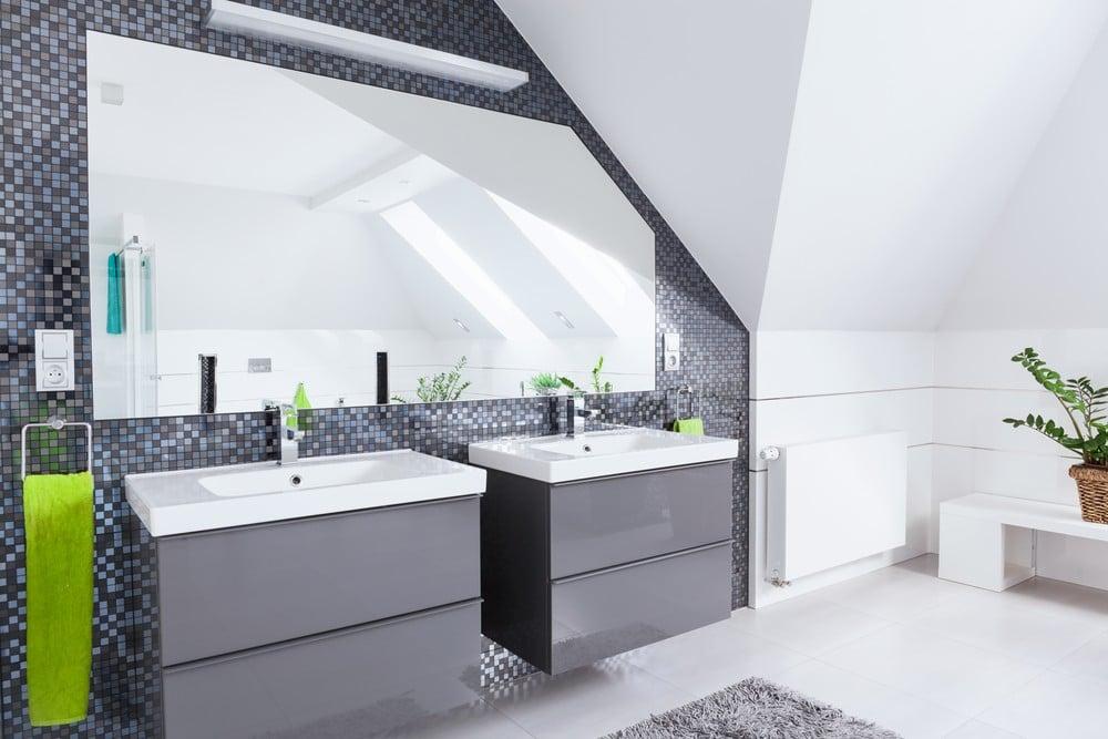 Un cuarto de baño con sus accesorios