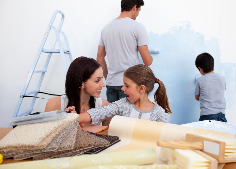 familia reformando unida muebles de baño baratos en casa